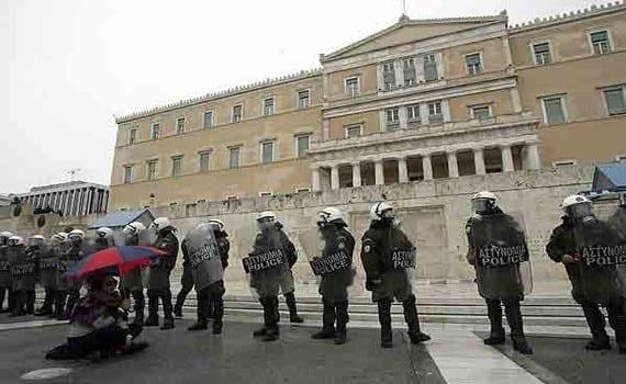 Policía de Grecia en pleno trabajo de contención