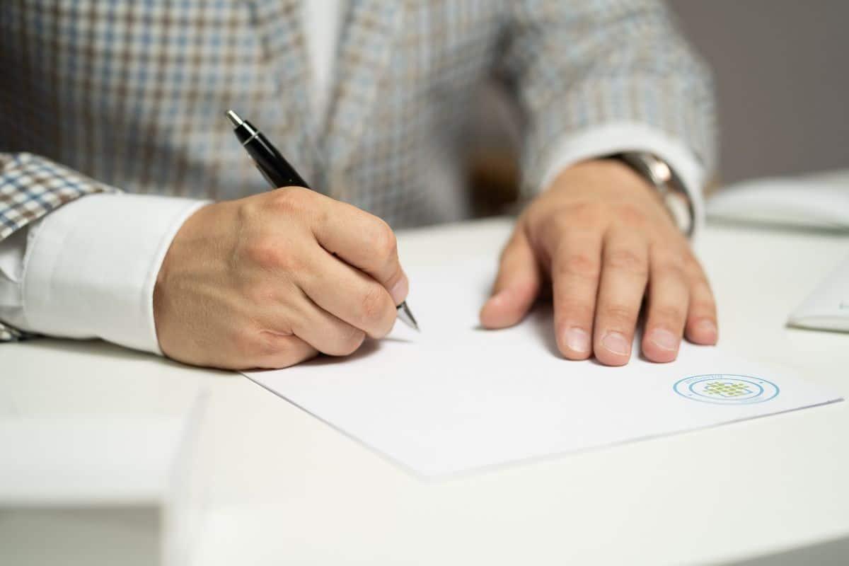 Qué es el contrato de relevo